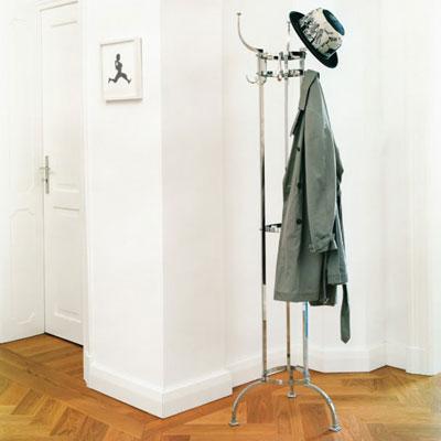 Nymphenburg von ClassiCon. Garderobenständer aus Messing in der Farbe Bronze
