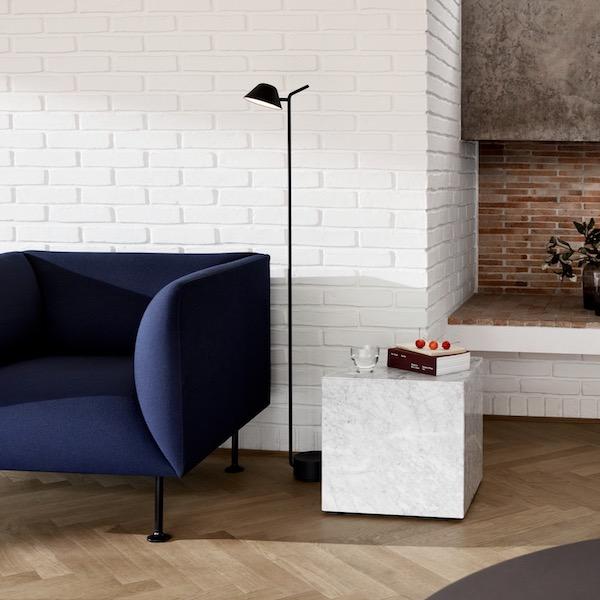 Plinth Cubic von Menu. Beistelltisch aus Marmor in der Farbe Weiß