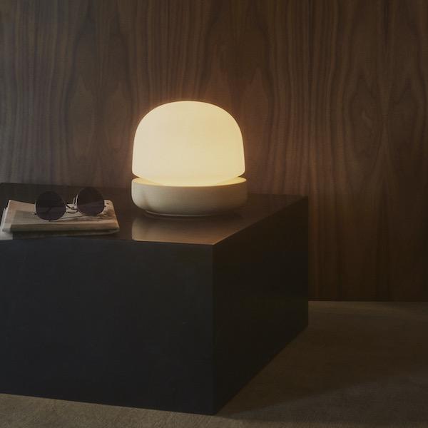 Stone Lamp von Menu. Tischleuchte aus Keramik und Glas in der Farbe Sand