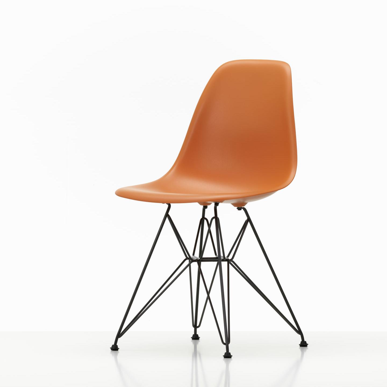 Vitra in Hamburg - Vitra Stuhl - Eames Plastic Side Chair DSR - Orange - Front