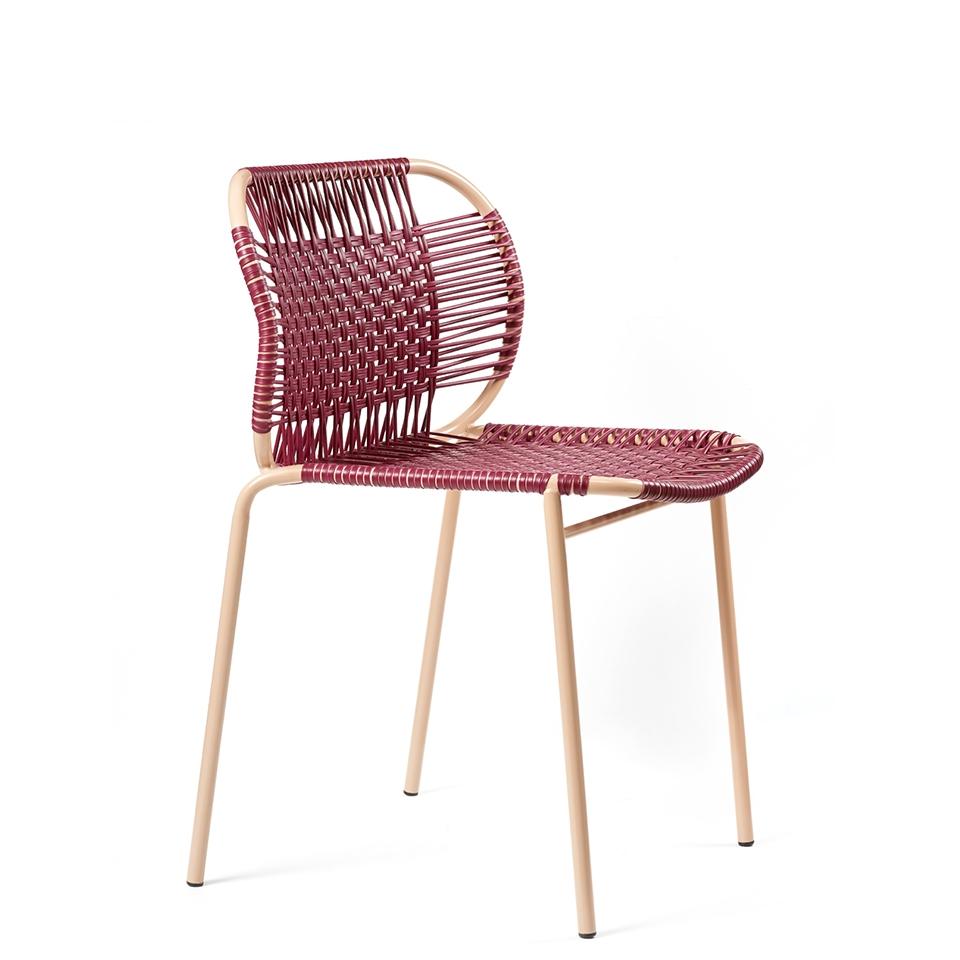 Cielo Chair von Ames. Stuhl bespannt mit Recycling-Kunststoffgeflecht in der Farbe Purpur