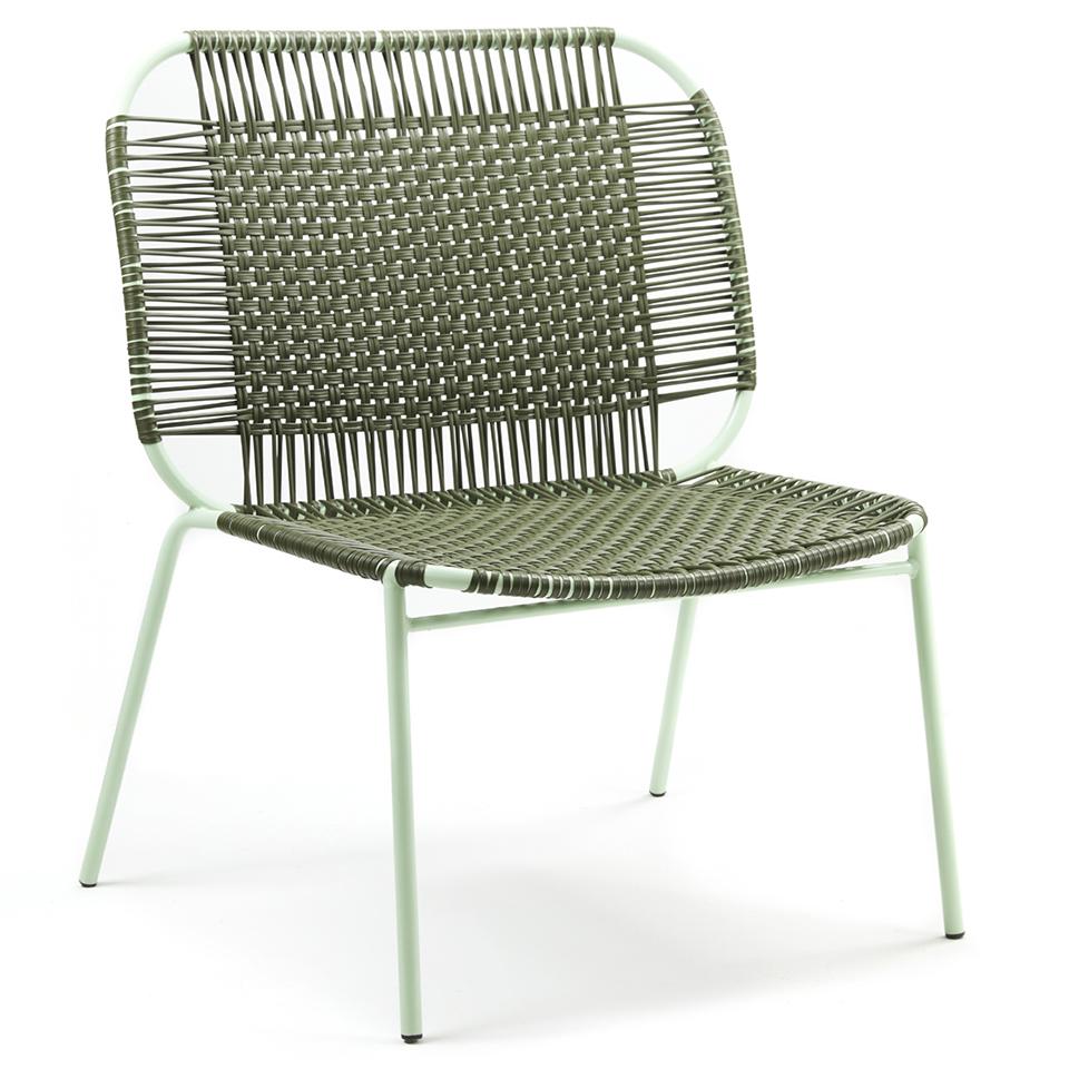Cielo Lounge Chair von Ames. Sessel bespannt mit Recycling-Kunststoffgeflecht in der Farbe Oliv