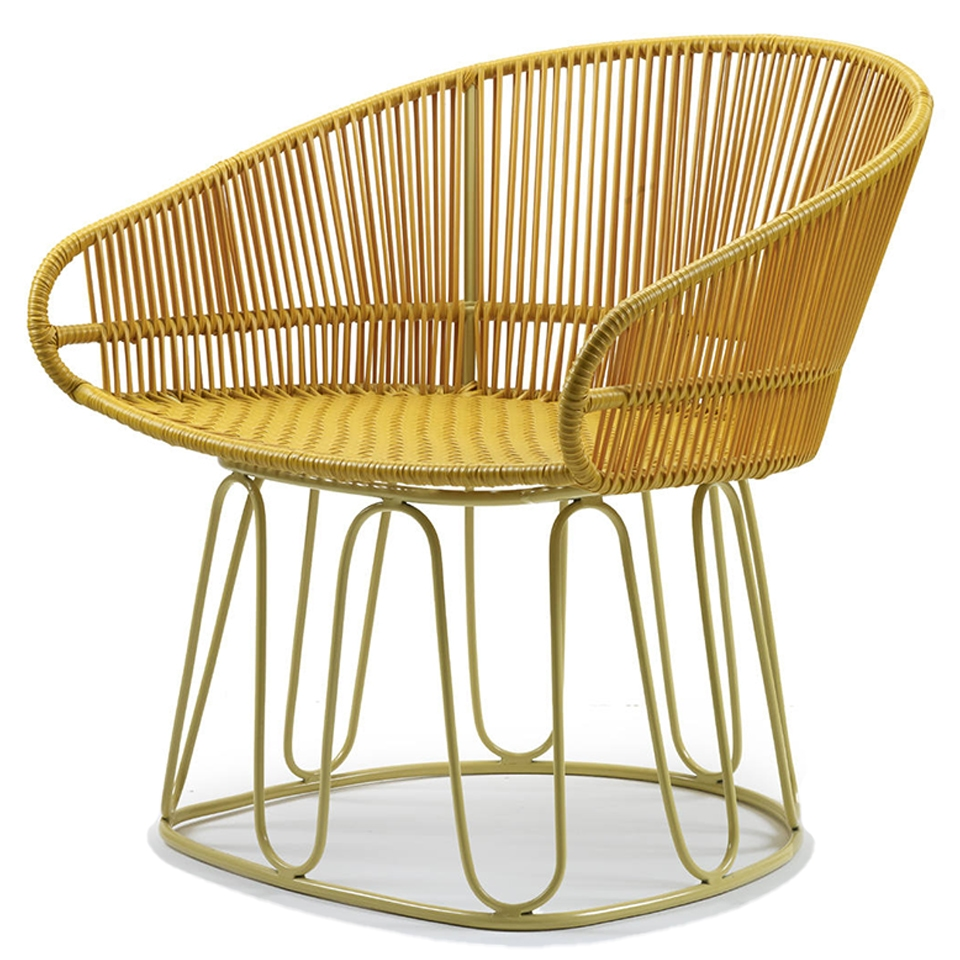 Circo Lounge Chair von Ames. Sessel bespannt mit Recycling-Kunststoffgeflecht in der Farbe Honey