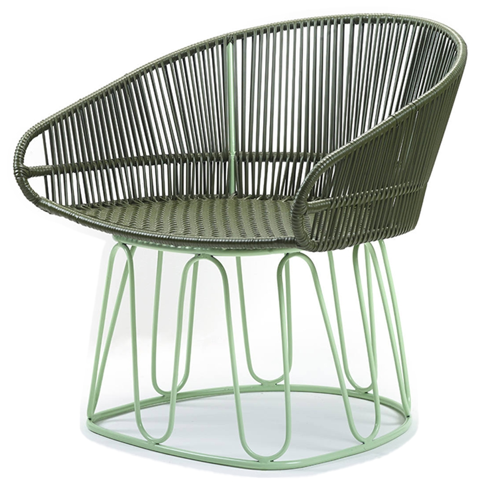Circo Lounge Chair von Ames. Sessel bespannt mit Recycling-Kunststoffgeflecht in der Farbe Oliv