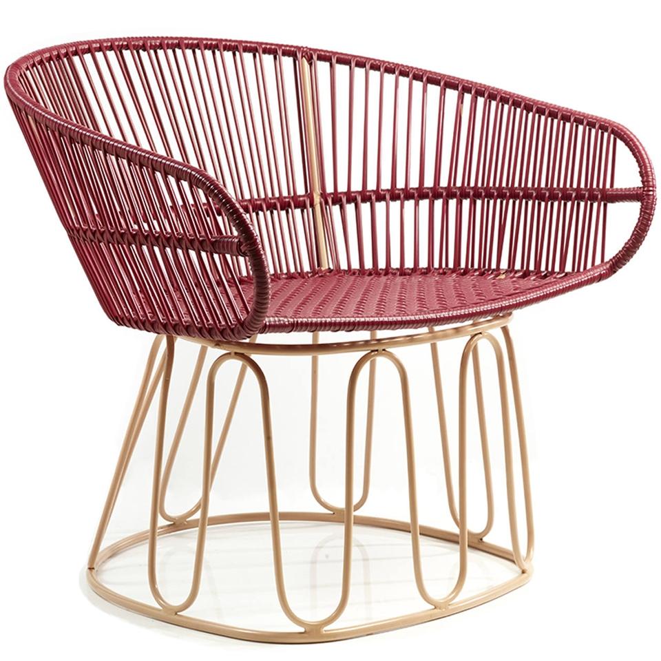 Circo Lounge Chair von Ames. Sessel bespannt mit Recycling-Kunststoffgeflecht in der Farbe Purpur