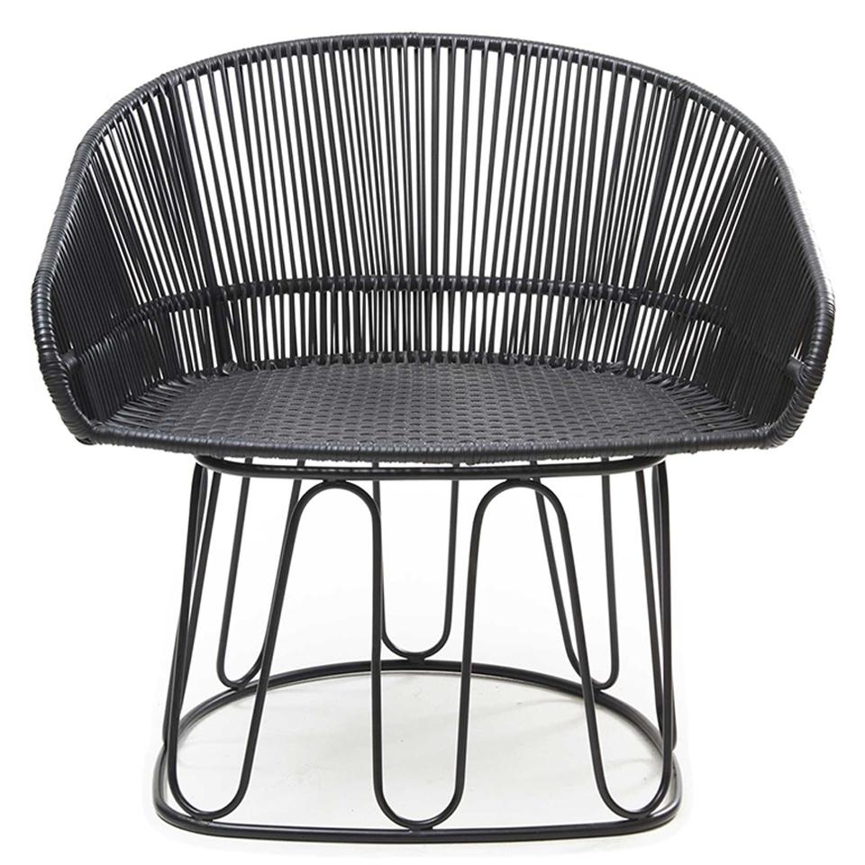 Circo Lounge Chair von Ames. Sessel bespannt mit Recycling-Kunststoffgeflecht in der Farbe Schwarz