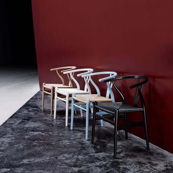 CH24 von Carl Hansen. Stuhl aus Buche in der Farbe Schwarz und Natur