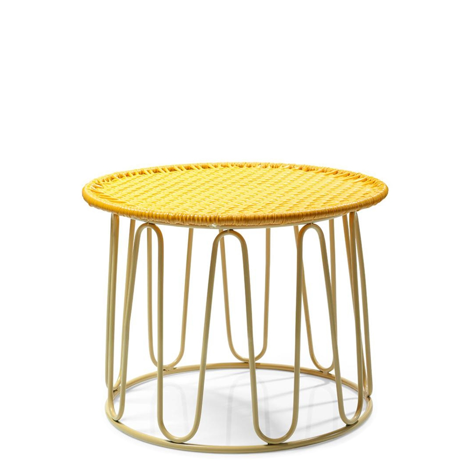 Crico Beistelltisch von Ames. Beistelltisch bespannt mit Recycling-Kunststoffgeflecht in der Farbe Honey