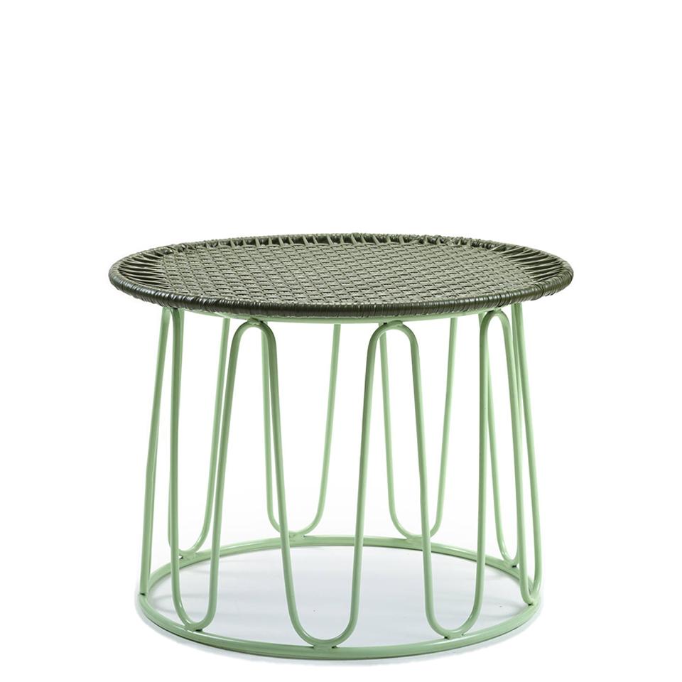 Crico Beistelltisch von Ames. Beistelltisch bespannt mit Recycling-Kunststoffgeflecht in der Farbe Oliv