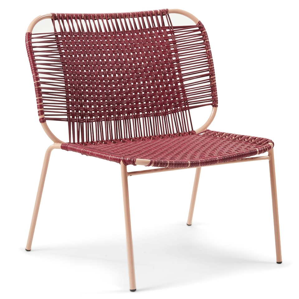 Cielo Lounge Chair von Ames. Sessel bespannt mit Recycling-Kunststoffgeflecht in der Farbe Purpur