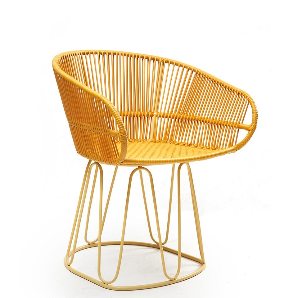 Circo Chair von Ames. Stuhl bespannt mit Recycling-Kunststoffgeflecht in der Farbe Honey