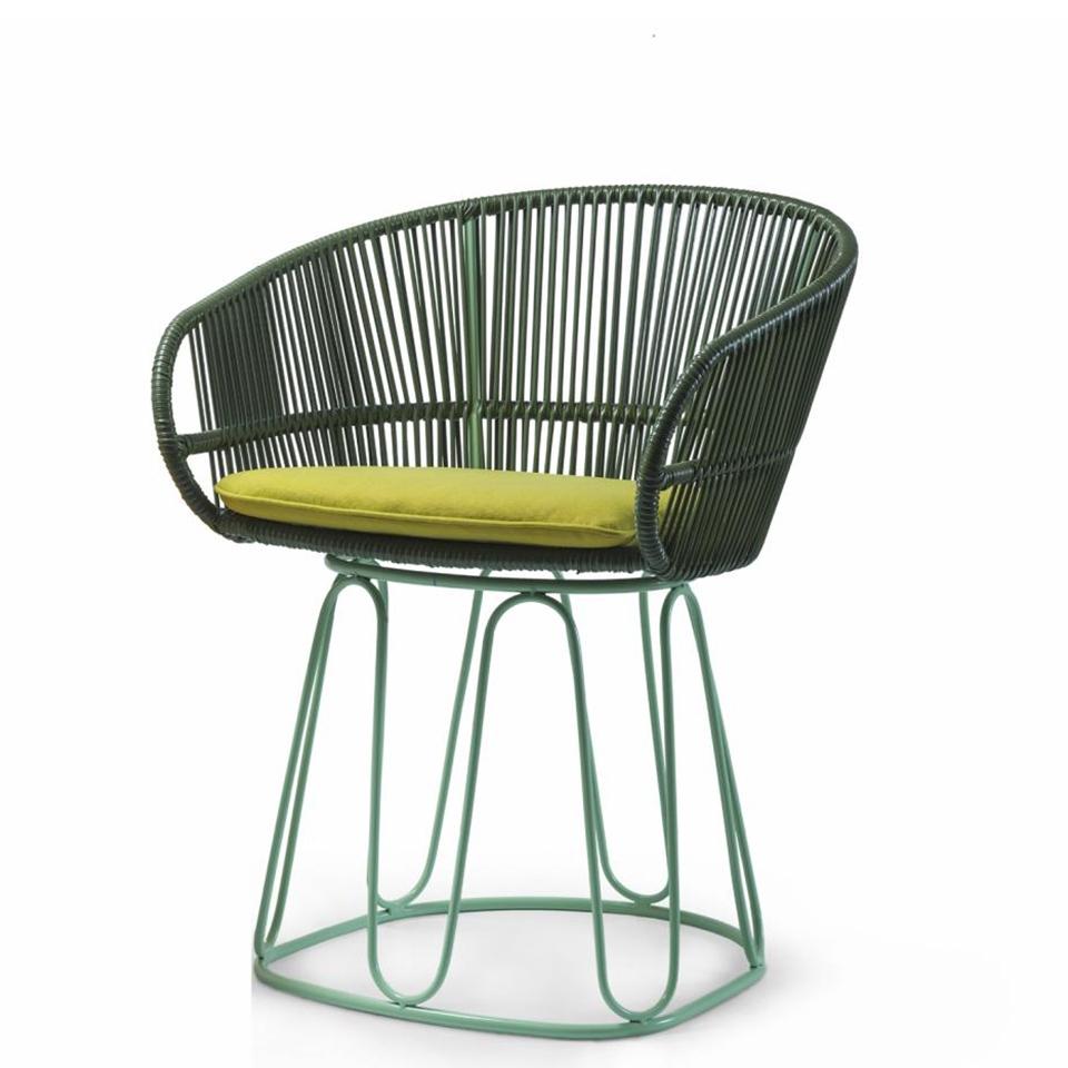 Circo Chair von Ames. Stuhl bespannt mit Recycling-Kunststoffgeflecht in der Farbe Oliv