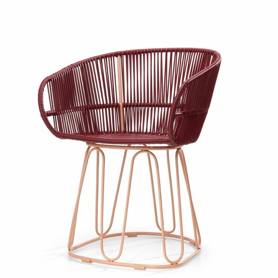 Circo Chair von Ames. Stuhl bespannt mit Recycling-Kunststoffgeflecht in der Farbe Purpur
