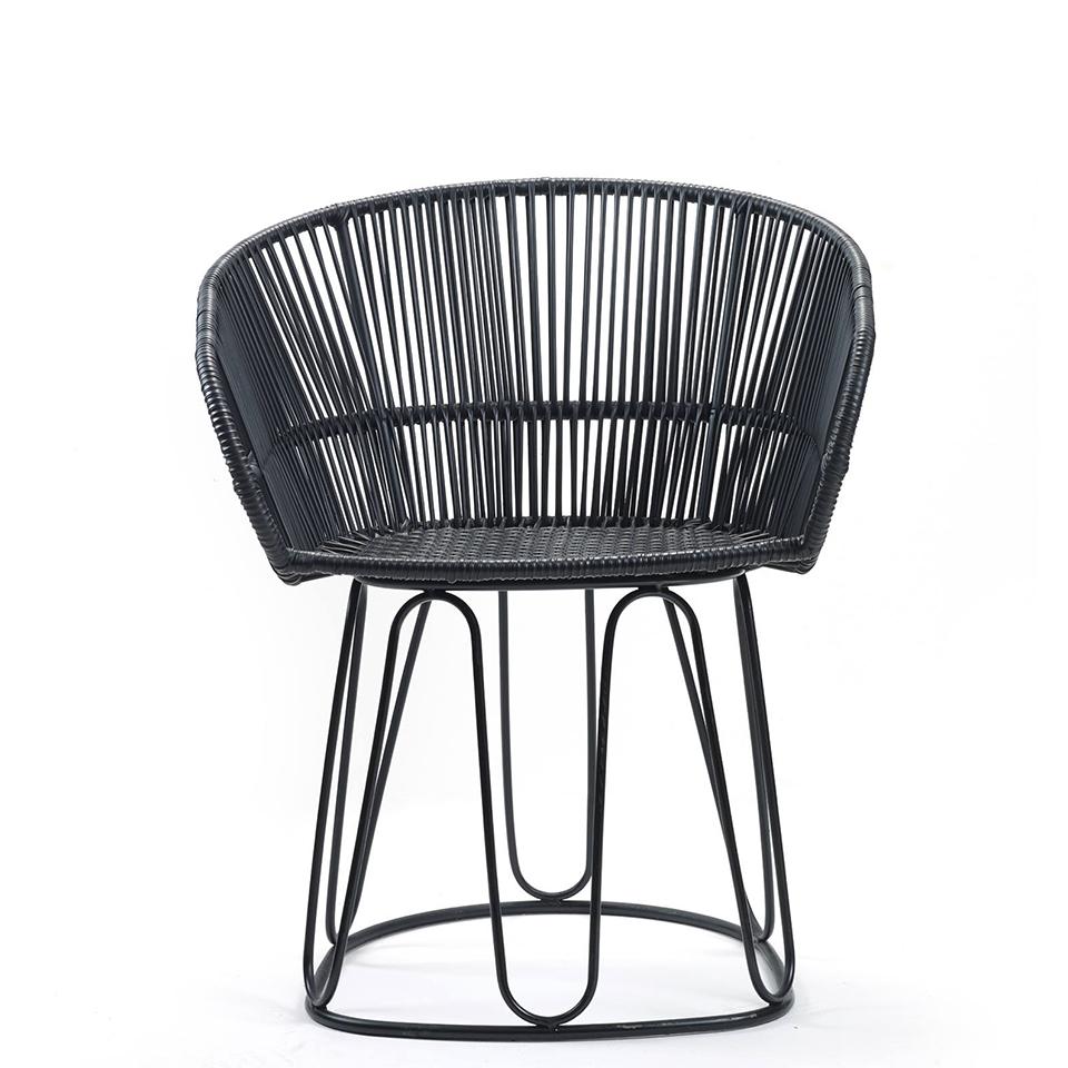 Circo Chair von Ames. Stuhl bespannt mit Recycling-Kunststoffgeflecht in der Farbe Schwarz