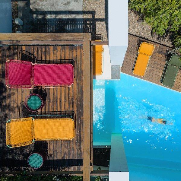 Cielo Daybed von Ames. Sonnenliege bespannt mit Recycling-Kunststoffgeflecht in der Farbe Oliv