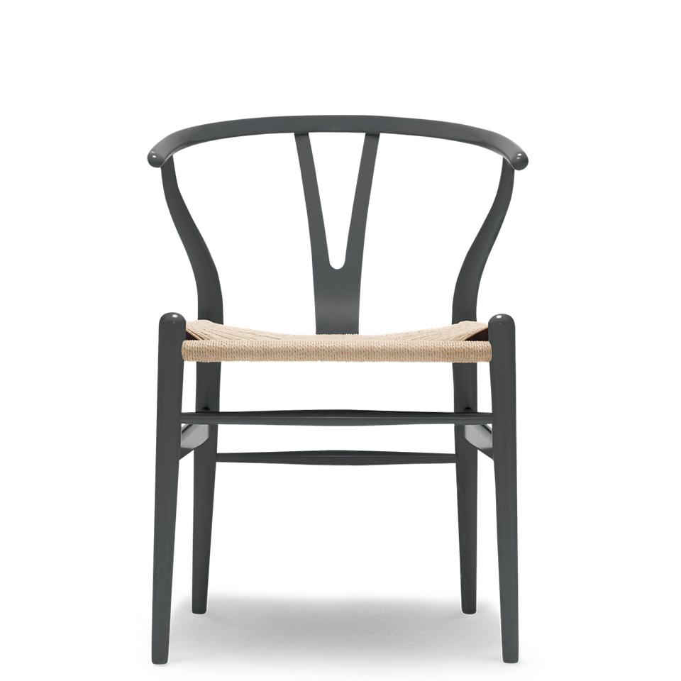 CH24 von Carl Hansen. Stuhl aus Buche in der Farbe Natur und Anthracite Gray
