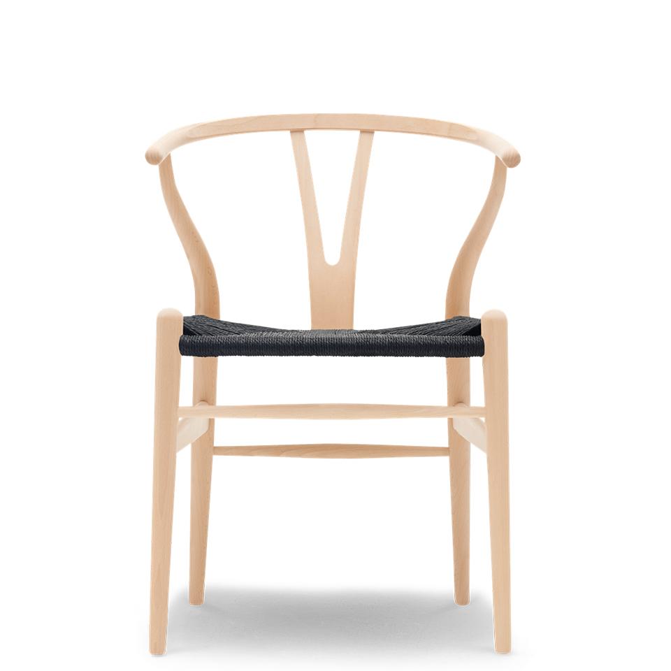 CH24 von Carl Hansen. Stuhl aus Buche in der Farbe Schwarz und Natur und Schwarz