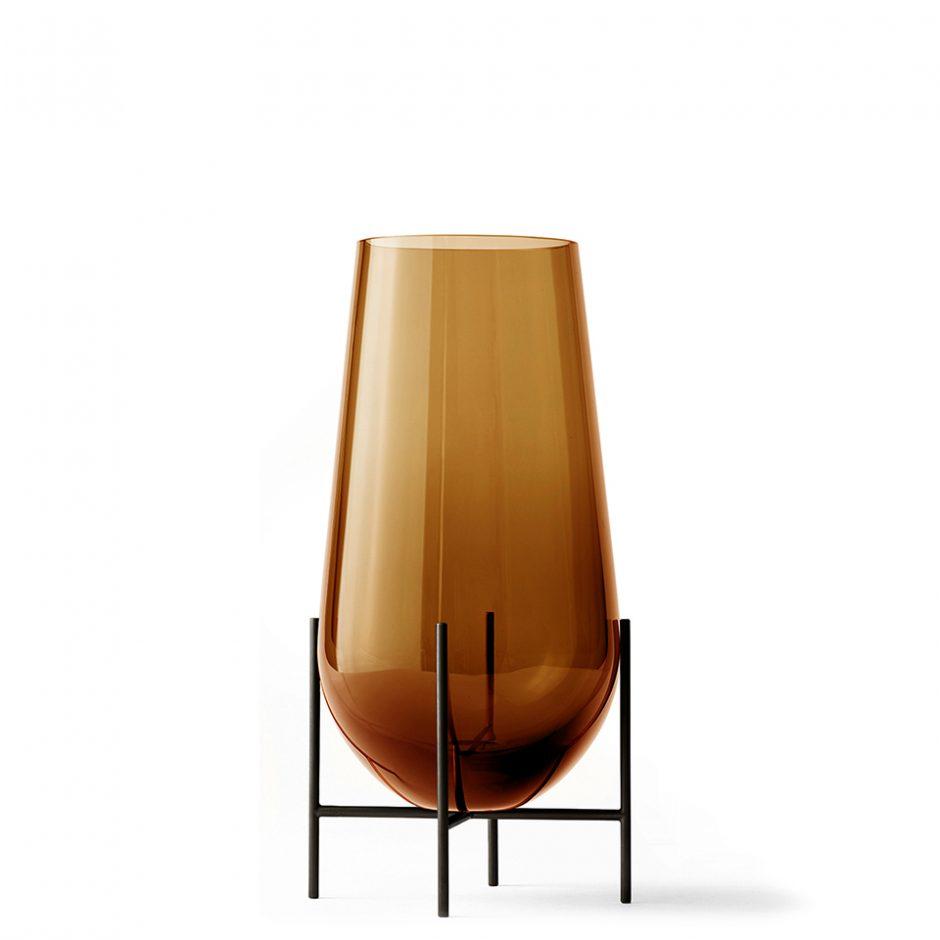Echasse Vase von Menu. Vase aus Messing und Glas in der Farbe Bernstein