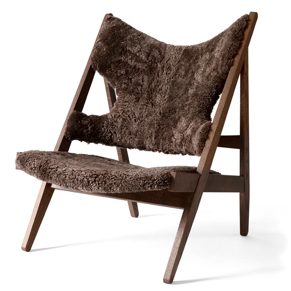 Knitting Chair von Menu. Sessel aus Eiche und bezogen in Schafsfell in der Farbe Dunkelbraun