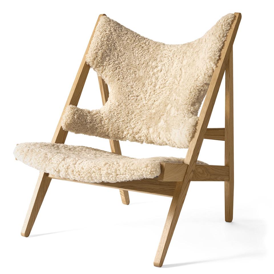 Knitting Chair von Menu. Sessel aus Eiche und bezogen in Schafsfell in der Farbe Weiß