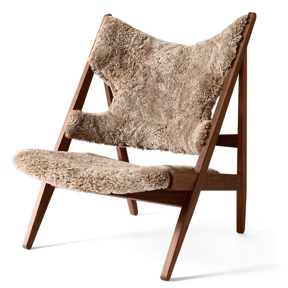 Knitting Chair von Menu. Sessel aus Walnuss und bezogen in Schafsfell in der Farbe Hellbraun