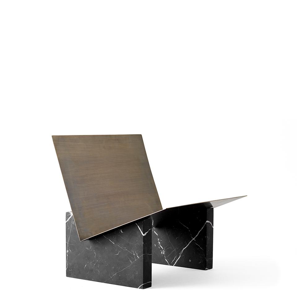 Monuments Magazine Holder von Menu. Zeitungsständer aus Marmor und Stahl in der Farbe Schwarz und Messing brüniert