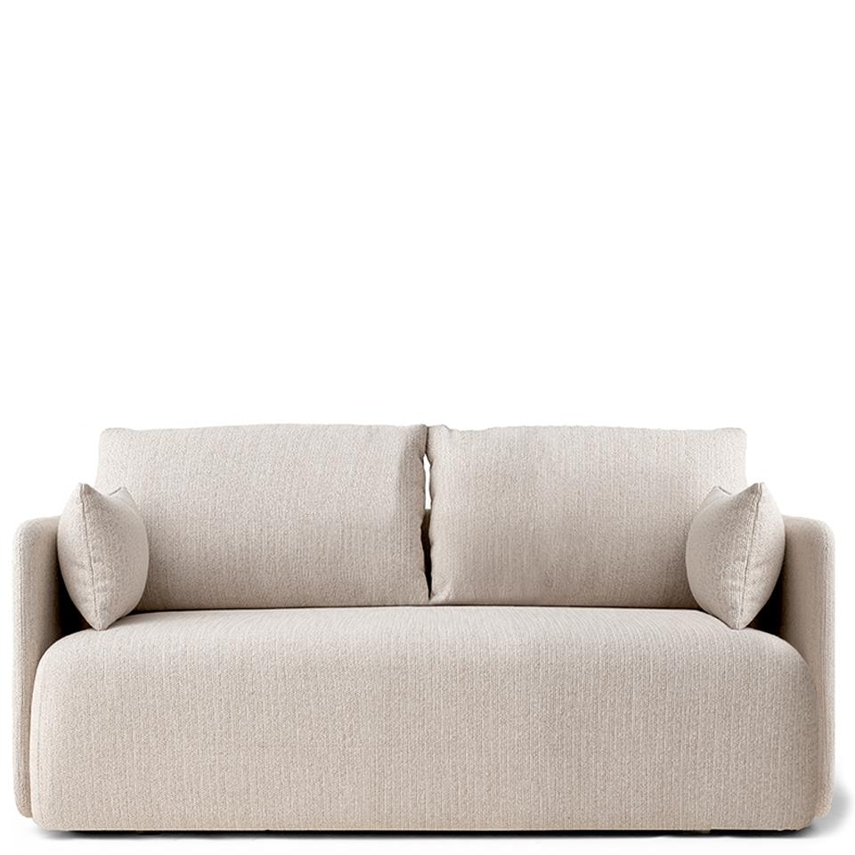 Offset von Menu. Sofa bezogen in Stoff in der Farbe Hellbeige
