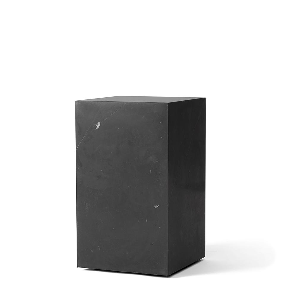 Plinth Tall von Menu. Beistelltisch aus Marmor in der Farbe Schwarz