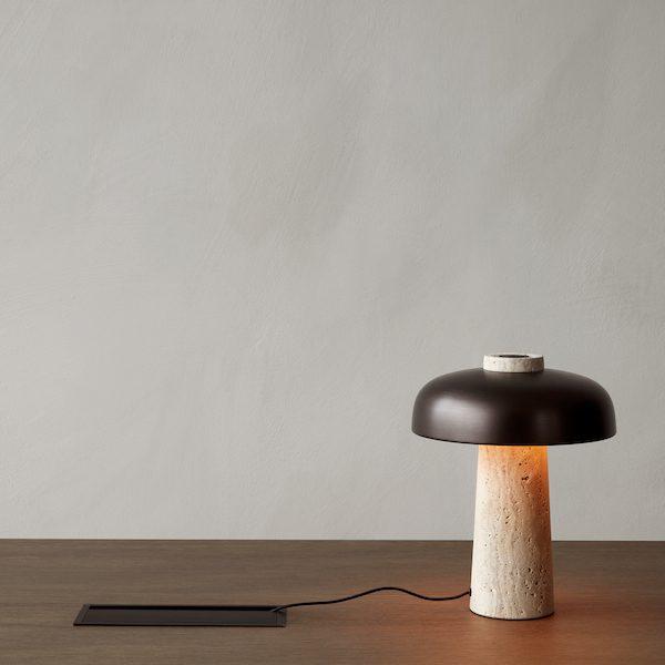 Reverse Table Lamp von Menu. Tischleuchte aus Travertin und Aluminium in der Farbe Travertin und Messing brüniert