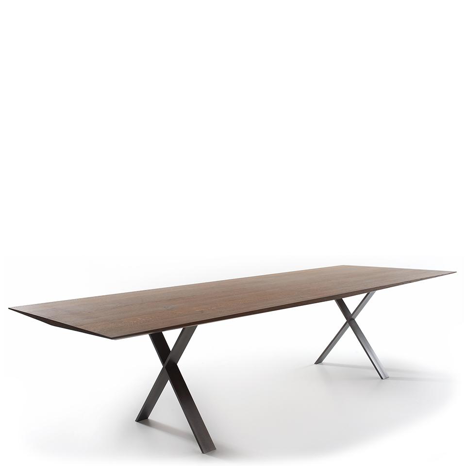 LAX table von More. Esstisch aus Eiche und Stahl in der Farbe Eiche geräuchert und Tabak