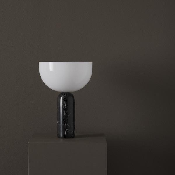 Kizu von New Works. Tischleuchte aus Marmor und Acryl in der Farbe Schwarz