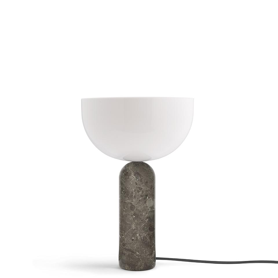 Kizu von New Works. Tischleuchte aus Marmor und Acryl in der Farbe Grau