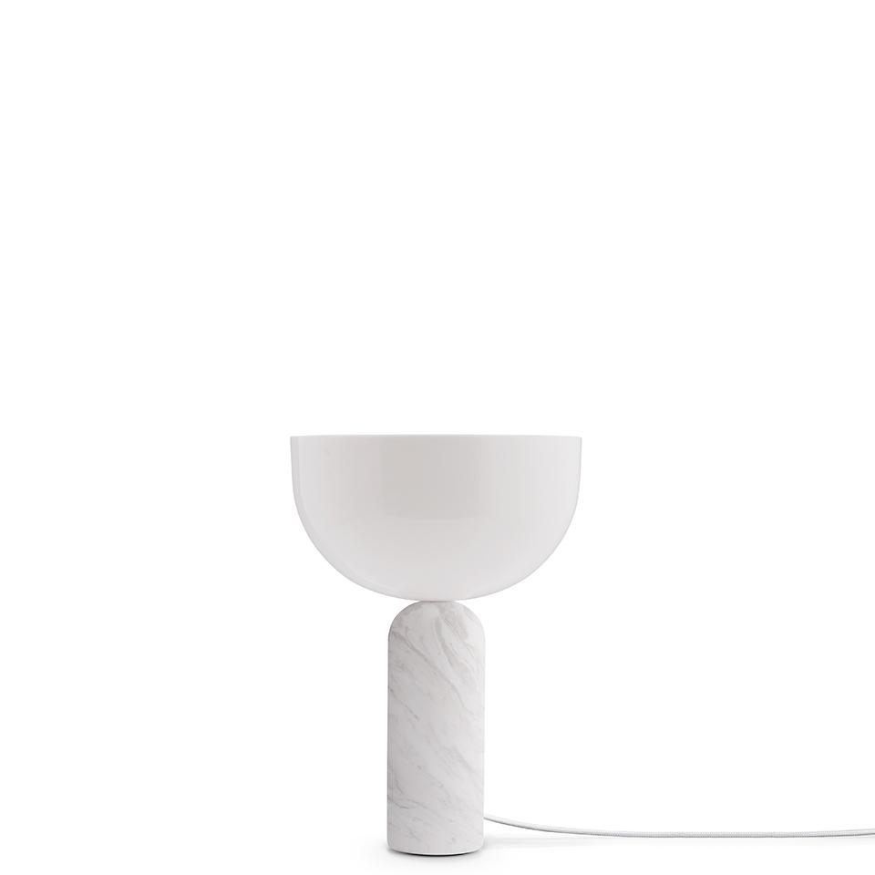 Kizu von New Works. Tischleuchte aus Marmor und Acryl in der Farbe Weiß