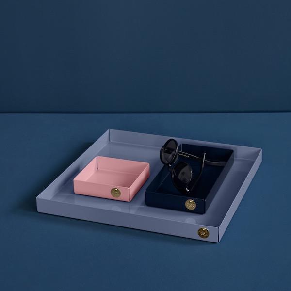 POI XL von Victor Foxtrot. Ablage aus Stahl in der Farbe Taubenblau